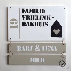 Twee houten naambordjes voordeur