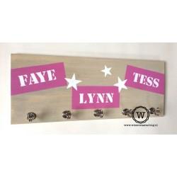 Kapstok met roze tape drie namen